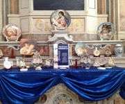 Memories, presso la Chiesa di San Gennaro all'Olmo, con ricami dell'Associazione un filo per unirci, le cartapesta di Claudio Cuomo, le ceramiche di Marilinda Mirabella, abiti e cappelli della Fondazione Mondragone, i presepi di Marc