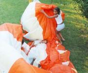 Gioco di bimbi con il paracadute