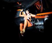 donna nuda in discoteca,