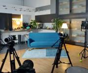 set living e cucina per video interviste in diretta streaming nello studio Yori