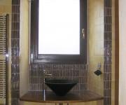 il bagno al piano terra: il lavabo è in legno