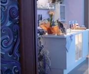 porta decorata in ambientazione sera