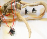 Set collana ciondolo / Orecchini spilla da balia  mix color  bianco arancio nero
