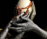 mani damasco con gioielli
