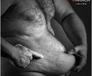 Nudo di uomo con pancia