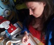 Maria Forleo dipinge ad acquerello un'illustrazione per le etichette di alcuni prodotti Pomamoris